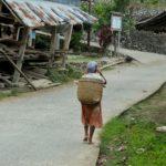 Toraja_Beerdigung_Menschen_Strasse