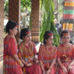 Toraja_Beerdigung_traditionelle_Kleidung